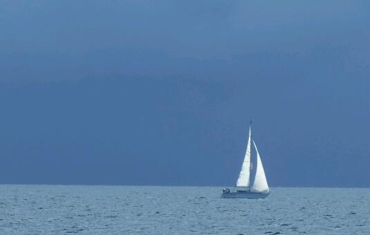 Ein Gewitter ist so groß und ein Boot so klein