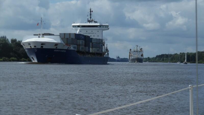 Viel Verkehr auf dem Kanal