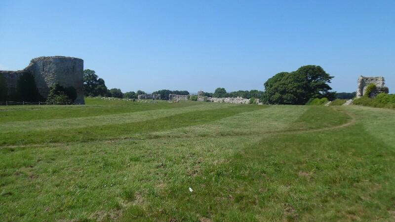 Pevensey Castle: Links normannisch, hinten und rechts römisch