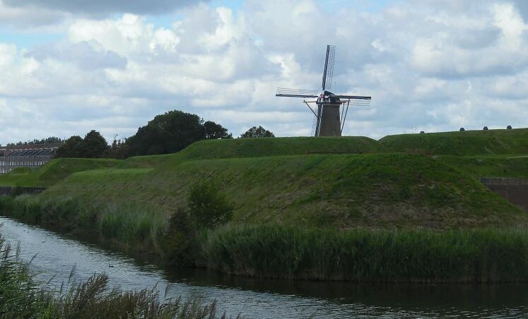 Windmühle hinter Festungswällen: Hellefoetsluis